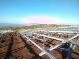 montaż paneli słonecznych na farmie fotowoltaicznej