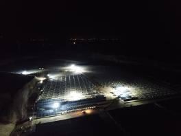 Farma fotowoltaiczna w nocy